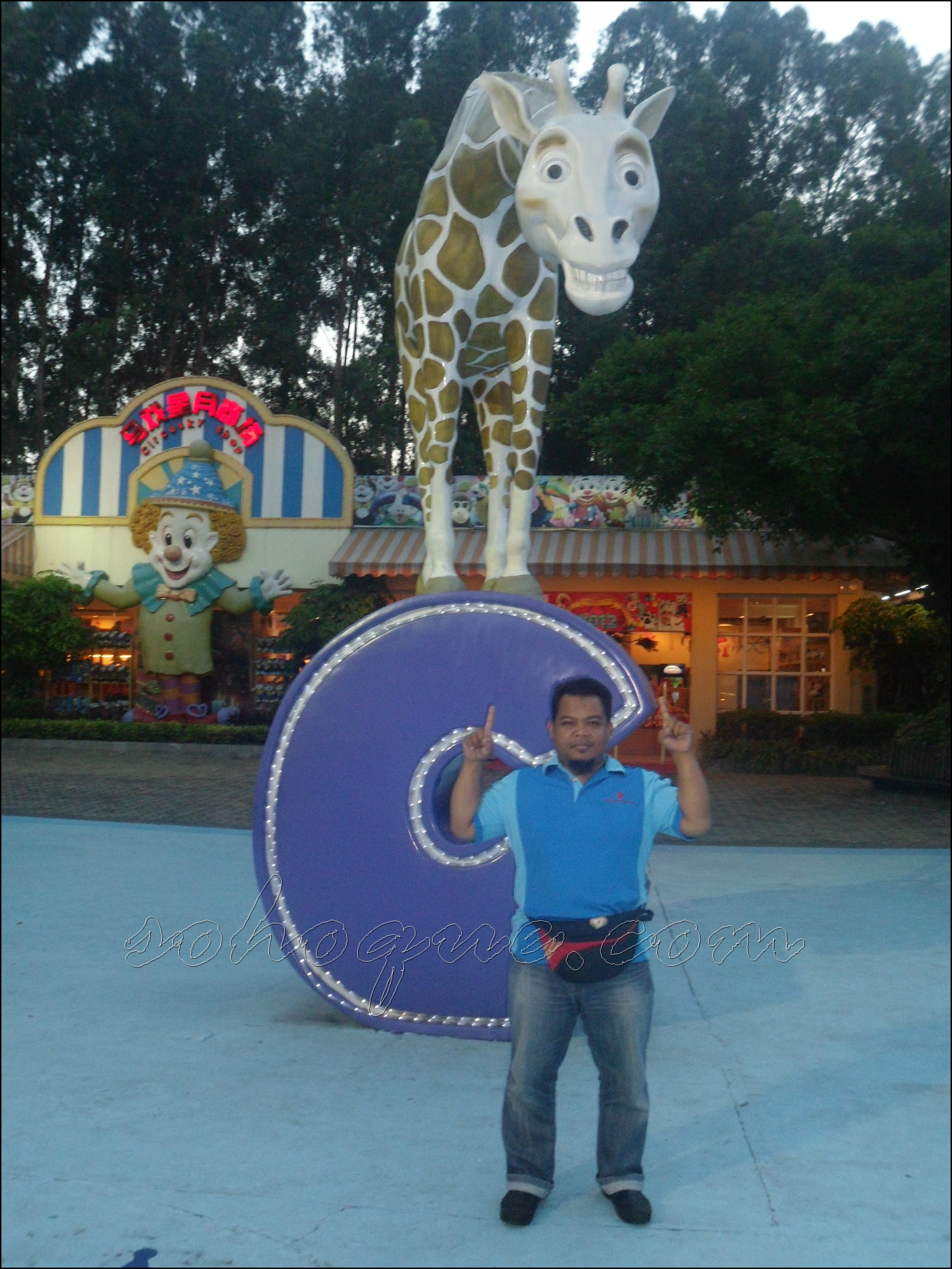 outside with girraffe Chimelong International Circus, Guangzhou Best!!!