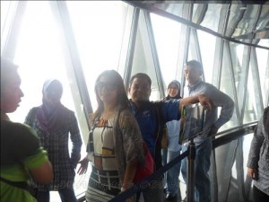 waiting the thrill 300x225 Canton Tower   Menara TV Tertinggi Di Dunia